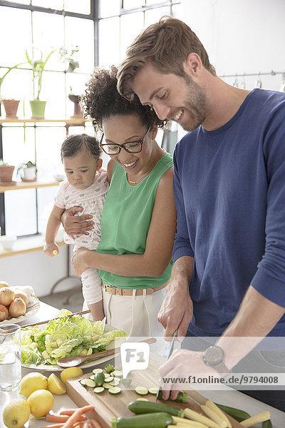 Glückliche Familie bei der Zubereitung des Essens in der heimischen Küche