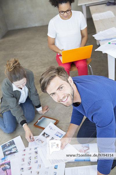 Drei junge Leute arbeiten zusammen im Studio