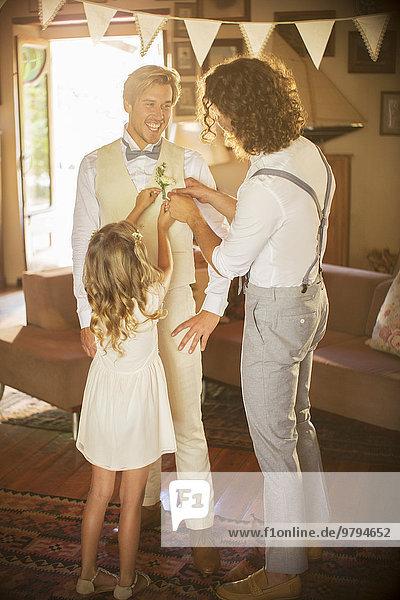Bräutigam und Trauzeuge bei der Vorbereitung der Trauung