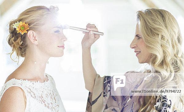 Brautmutter beim Schminken vor der Hochzeitszeremonie
