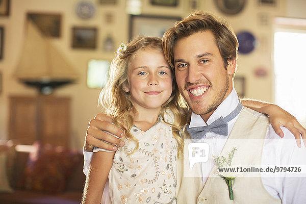 Portrait von Bräutigam und Brautjungfer im Wohnzimmer