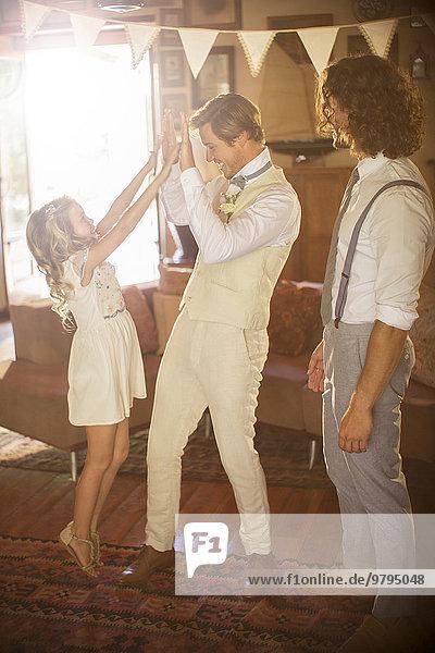 Bräutigam und Brautjungfer im Wohnzimmer