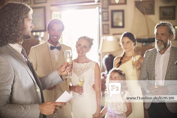 Trauzeugentoast mit Champagner und Ansprache bei der Hochzeitsfeier im Hauswirtschaftsraum