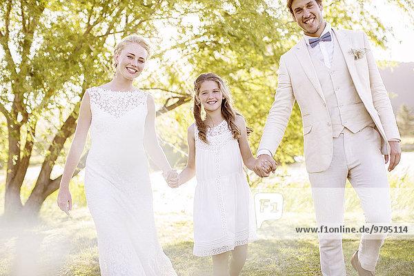 Braut  Bräutigam und Brautjungfer im häuslichen Garten