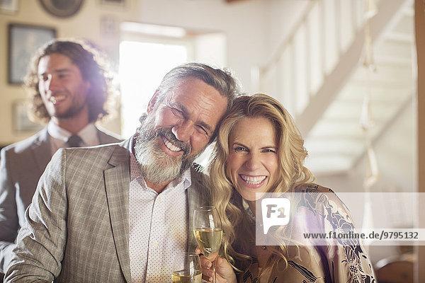 Porträt der lächelnden Ehrenmutter und des Trauzeugen bei der Hochzeitsfeier im häuslichen Raum