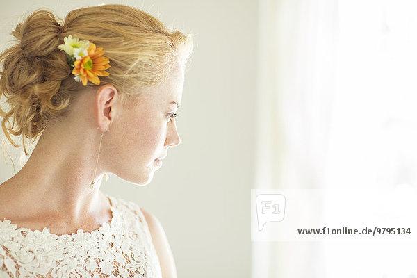 Porträt der Braut aus dem Fenster schauend