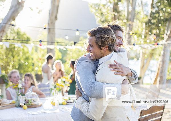 Bräutigam und Trauzeuge beim Hochzeitsempfang im Hausgarten