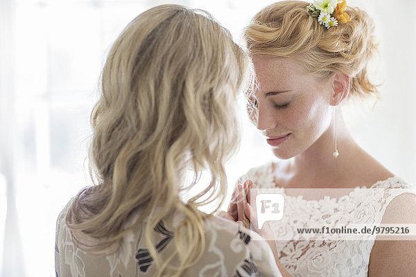 Matrone der Ehre und Braut  die im häuslichen Raum spricht