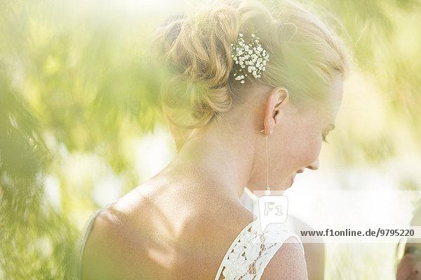 Braut im Hausgarten stehend