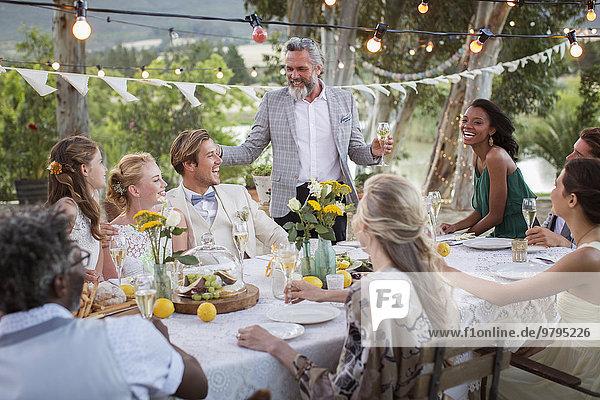 Trauzeuge beim Hochzeitsempfang im Hausgarten