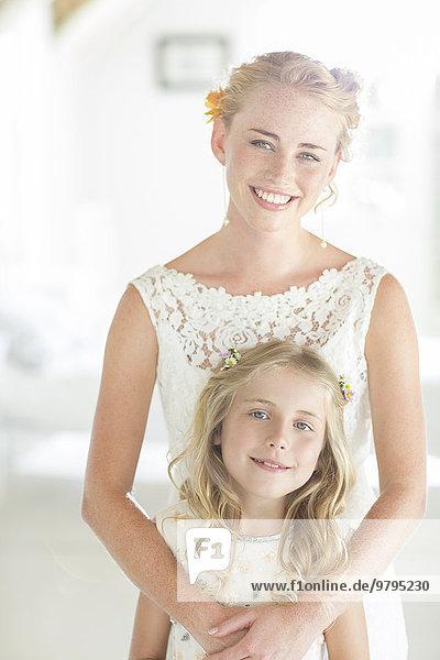 Portrait von Braut und Brautjungfer im Wohnzimmer