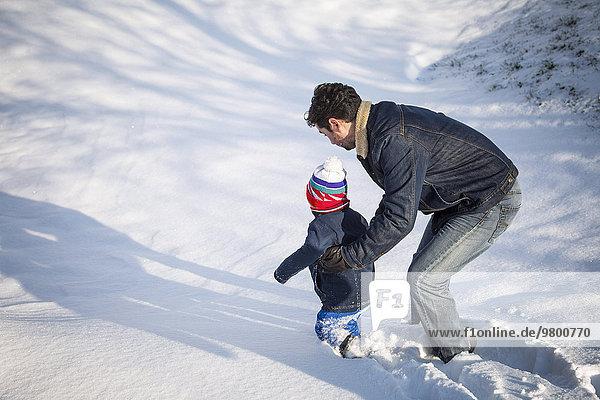 Menschlicher Vater Sohn spielen Schnee