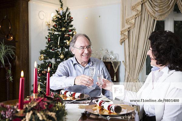 Senior Senioren Weihnachten trinken Champagner