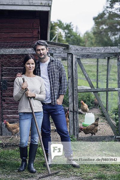 Porträt eines Paares auf der Geflügelfarm