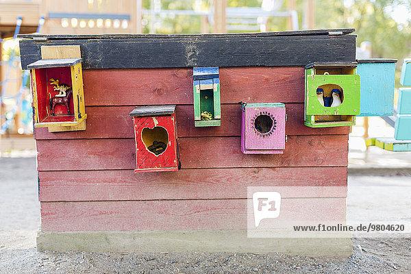 Mehrfarbige Tierhäuser an der Wand geklebt Mehrfarbige Tierhäuser an der Wand geklebt