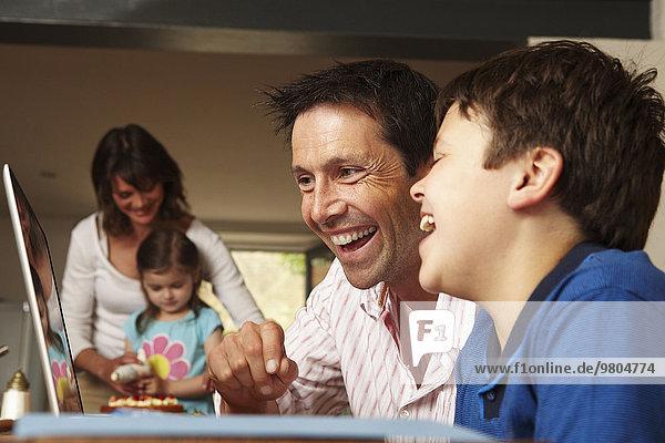 Interior zu Hause Zusammenhalt Notebook Menschlicher Vater Sohn Menschliche Eltern Kuchen 2 Tochter Eiscreme Eis Mutter - Mensch