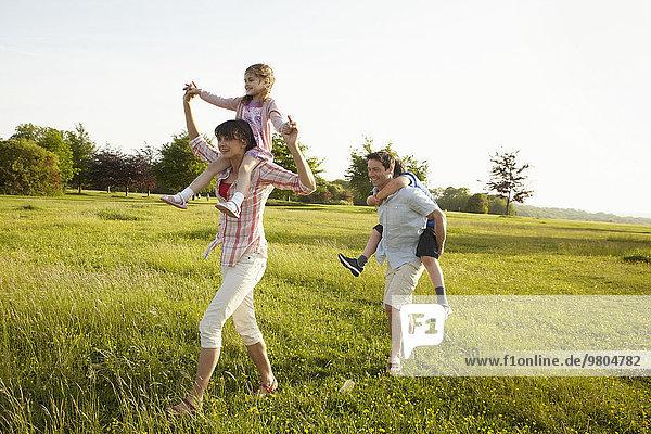Außenaufnahme geben Sommer Menschliche Eltern 2 huckepack freie Natur