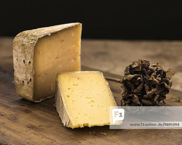 Holztisch Studioaufnahme Scheibe Käse hart Blechkuchen Trüffelpilz Trüffel