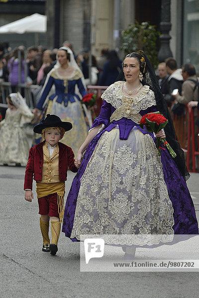 Fallas-Fest  Umzug  Blumengabe  bei Plaza de la Virgen de los Desamparados  Valencia  Spanien  Europa