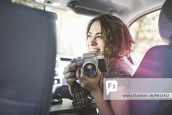 Junge Frau fotografiert vom Vordersitz aus