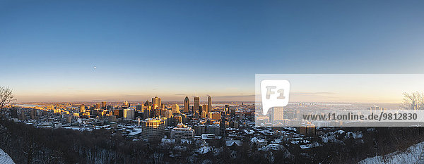 Panoramablick auf die Skyline der Stadt bei Sonnenuntergang  Mont Royal  Montreal  Quebec  Kanada