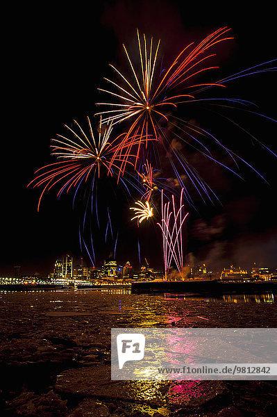 Blick auf Feuerwerk beim Fire on Ice Festival  Montreal  Quebec  Kanada