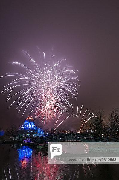 Blick auf Feuerwerk im Nebel beim Fire on Ice Festival  Montreal  Quebec  Kanada Blick auf Feuerwerk im Nebel beim Fire on Ice Festival, Montreal, Quebec, Kanada