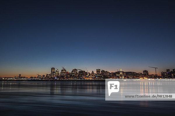 Blick auf den Saint Lawrence Fluss und die Stadtbeleuchtung bei Nacht  Montreal  Quebec  Kanada