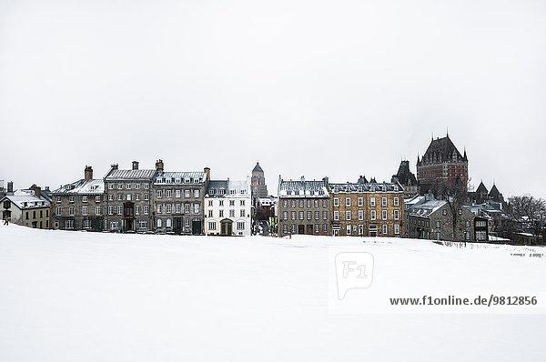 Blick auf verschneiten Park und Altstadt  Quebec City  Quebec  Kanada