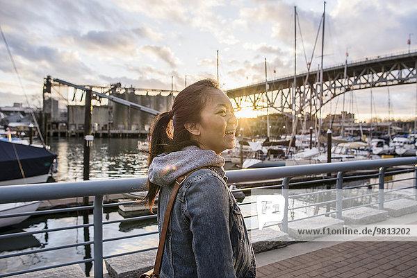 Junge Frau  die entlang der Marina  Yaletown Ferrydock  Vancouver  Kanada läuft