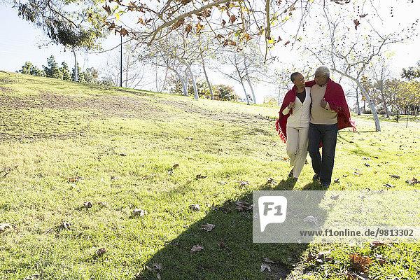 Mann und Frau beim Spaziergang  Hahn Park  Los Angeles  Kalifornien  USA