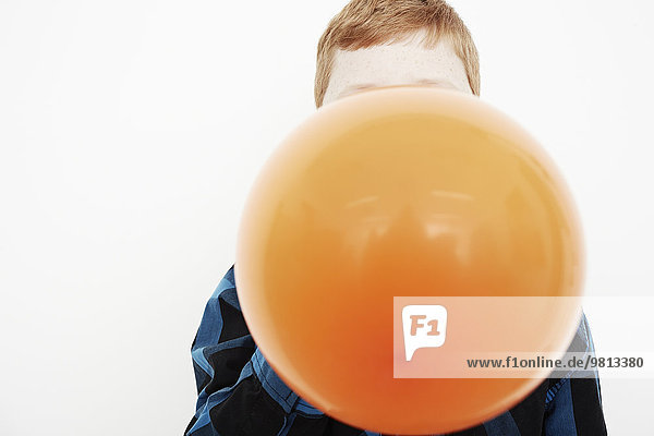 Junge bläst Ballon auf