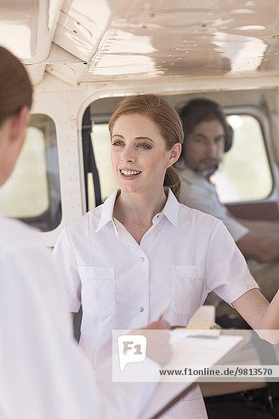 Medizinisches Personal im Gespräch neben dem Flugzeug  Wellington  Western Cape  Südafrika