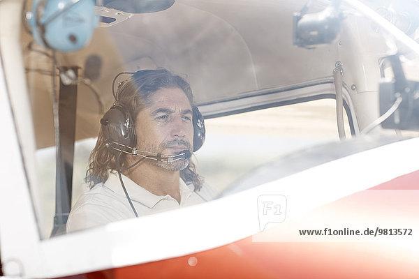 Pilot fliegendes Flugzeug