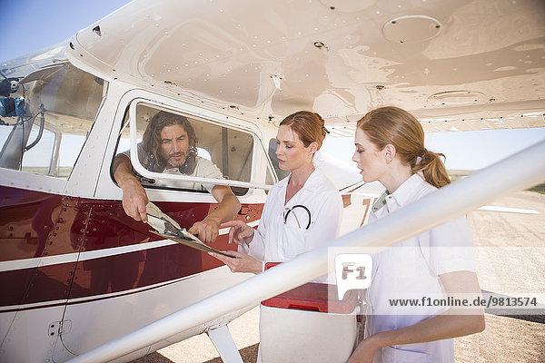 Medizinisches Personal mit Kühlbox im Flugzeug  Wellington  Western Cape  Südafrika