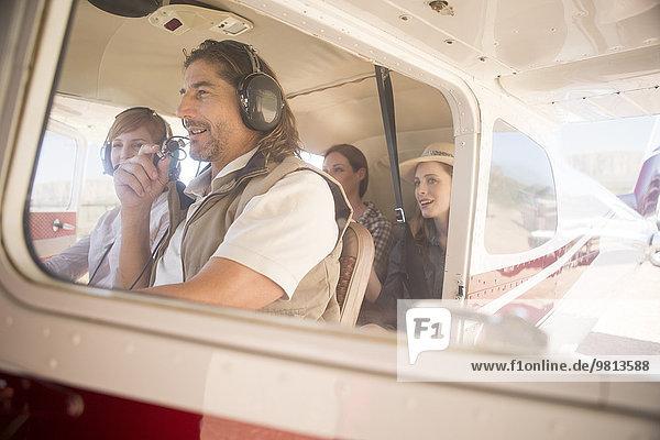 Pilot fliegende Touristen im Flugzeug