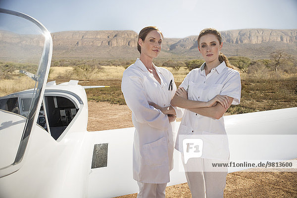 Medizinisches Personal neben dem Flugzeug  Wellington  Western Cape  Südafrika