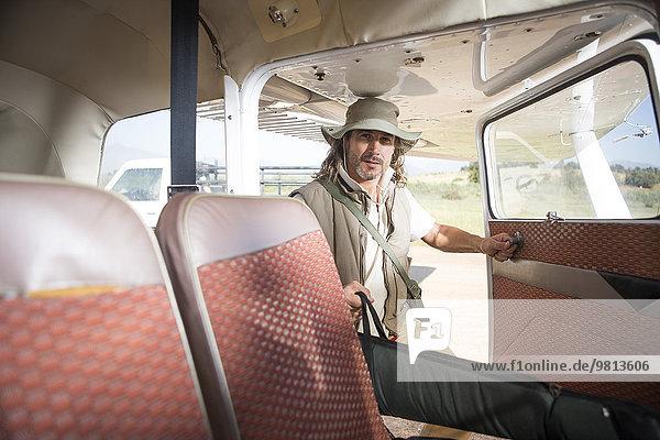 Pilot beim Einpacken  Wellington  Western Cape  Südafrika