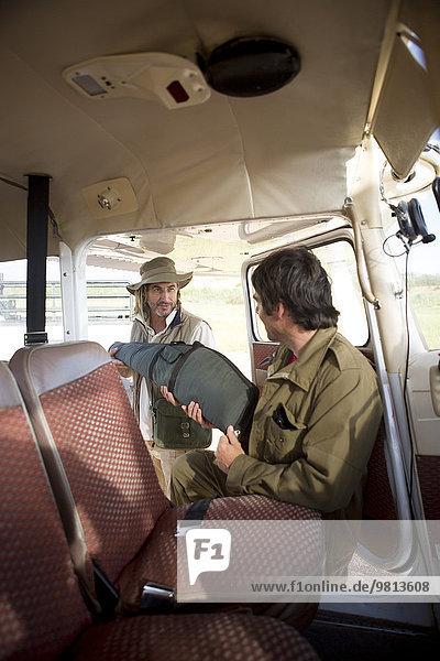 Piloten im Gespräch neben dem Flugzeug  Wellington  Western Cape  Südafrika