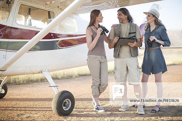 Touristen im Gespräch neben dem Flugzeug  Wellington  Western Cape  Südafrika