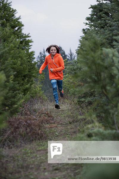 Mädchen beim Laufen im Wald