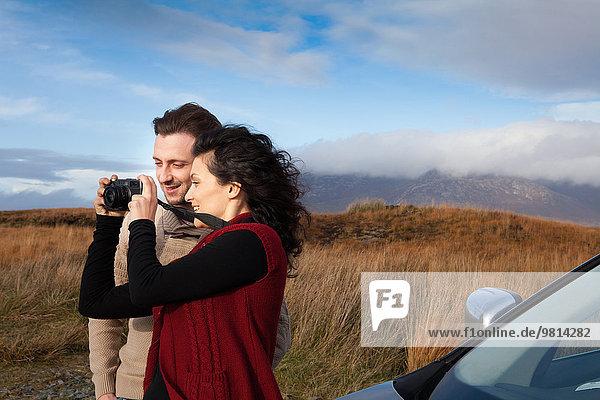 Paar Sightseeing auf dem Land  Connemara  Irland