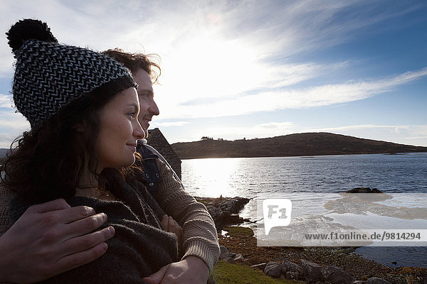 Paar an der Küste  Connemara  Irland