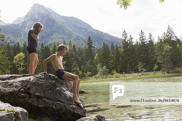 Bruder und Schwester auf dem Seeblock  Hintersee  Zauberwald  Bayern  Deutschland