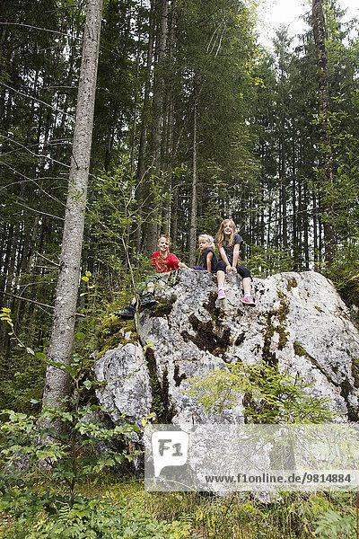 Geschwister spielen auf Felsformationen im Wald  Zauberwald  Bayern  Deutschland