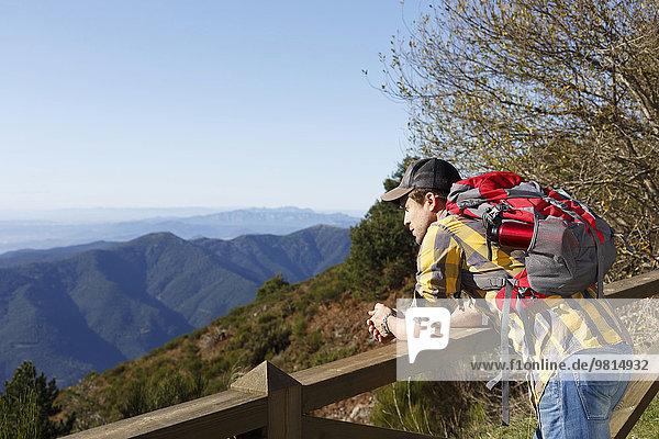 Wanderer mit Blick über das Tal gegen Holzhandlauf  Montseny  Barcelona  Katalonien  Spanien