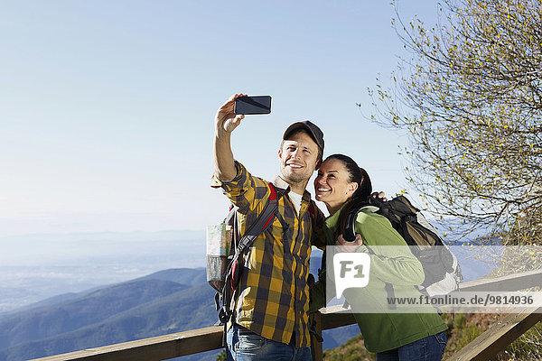 Wanderer beim Selfie  Berge im Hintergrund  Montseny  Barcelona  Katalonien  Spanien