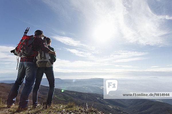 Wanderer genießen die Aussicht vom Gipfel  Montseny  Barcelona  Katalonien  Spanien