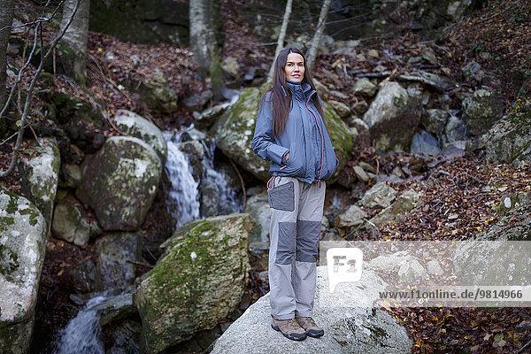 Wanderer macht Pause am Bach  Montseny  Barcelona  Katalonien  Spanien