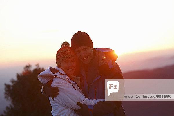 Paar auf dem Hügel bei Sonnenuntergang  Montseny  Barcelona  Katalonien  Spanien